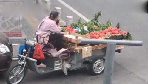 路边卖水果的,还带了个对讲机?这是什么操作