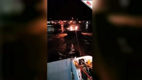 浙江舟山一客船夜间触礁搁浅 旅客被顺利接驳下船