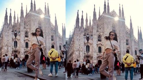 熊黛林简约穿搭现身米兰时装周 街头兴奋跳跃秀细腰长腿