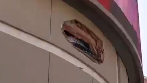 监控曝光!青岛一超市3楼外墙被轿车撞出大窟窿,车头外露