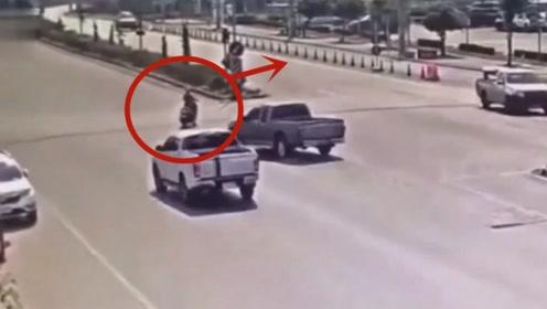 皮卡司机被气哭了,看到被自己救下的电动车女子扬长而去,好委屈