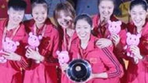 朱婷发现日本吉祥物有猫腻,中国女排集体扯下标志,太暖心了
