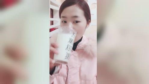 看美女直播喝饮料,超大一杯有没有看起来非常过瘾?网友:真香!