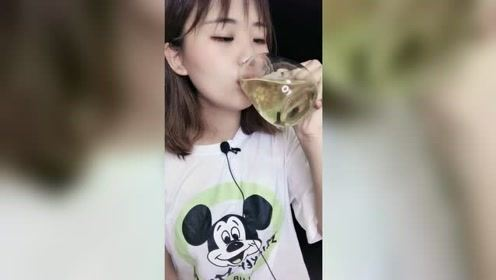 清秀妹子喝美味的饮料,看来漂亮妹子都喜欢喝甜的,怪不得好看