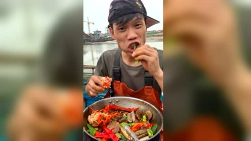 渔民大哥改善生活,来一个龙虾尾!波士顿龙虾尾还挺肥!还有膏呢