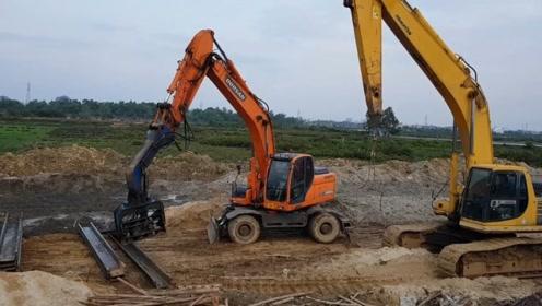 这样安排不合理,轮式挖掘机在干活,履带挖掘机在旁边看着