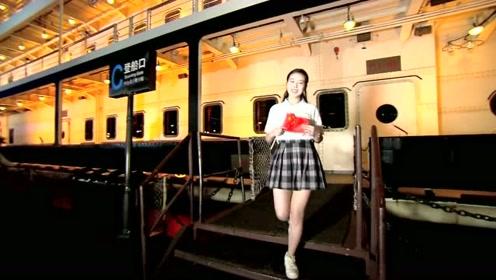 数百帅哥美女长江边玩快闪,歌声一xiang,太让人感动了!