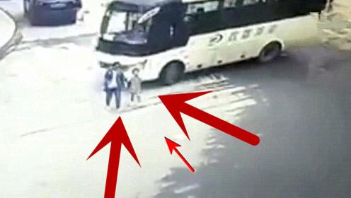 母女俩正牵手行走,大客车转弯直接碾压过去,当场殒命!