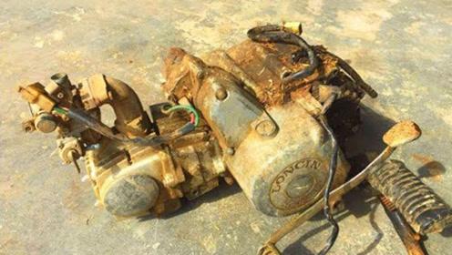 绿草丛中捡到废弃摩托车,拆出发动机翻新修复,最后还成功启动了