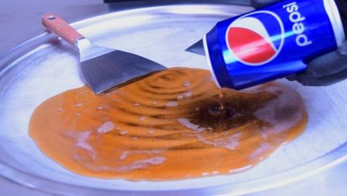 可乐是怎么变成冰激凌的?老外现场展示炒冰,口水不争气的流下来