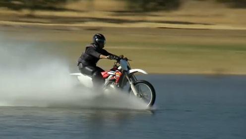 老外亲测只要速度快,摩托车水上漂也能实现,网友:帅不过3秒