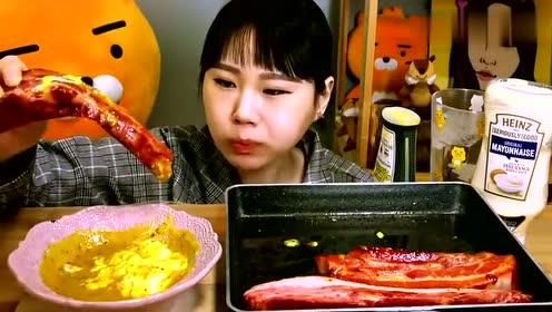 韩国美女吃播烤大块五花肉,外酥里嫩,肥而不腻的美味啊