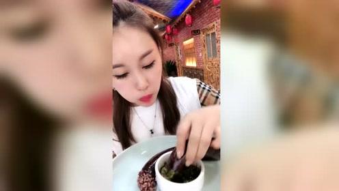 大姐今天下馆子吃延吉大米肠,蘸着调料汁吃超级满足,太香了!