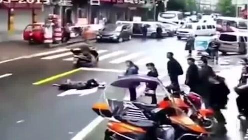 女子过马路接连被碾压,要不是监控你永远猜不到真相悲剧了
