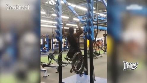 坐着轮椅也没有放弃健身,多么励志的画面