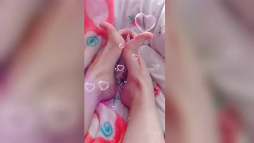 美女脚模的生活自拍:有网友评论说我脚丫子难看!难看吗?不难看