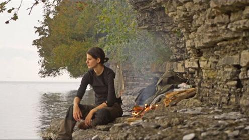 妹子徒步野外,生堆篝火烤鳟鱼吃,一天很快就过去了