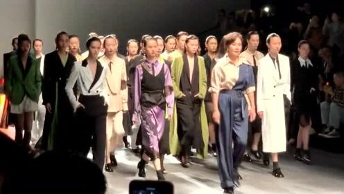 54岁刘嘉玲领衔超模走秀,干练短发优雅气场全开不输女超模