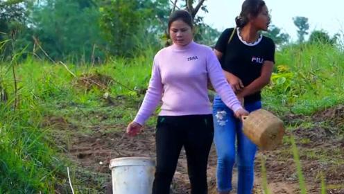 野外水坑干涸,农村姐妹跑去抓鱼,抓了好多鱼啊