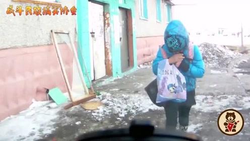 """走着走着就撞车上了!俄罗斯小学生实力诠释""""上学困"""""""
