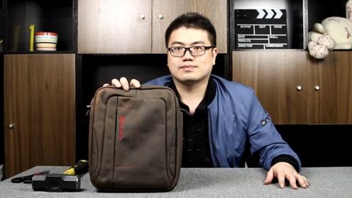 130块钱买了一个笔记本包,打开后从包里拿出一台笔记本电脑