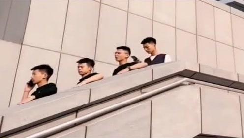 四位小伙子假装坐电梯,你感觉谁演得最像?