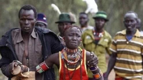 """非洲部落""""野蛮""""婚礼,新娘悲痛大哭,游客想上去帮忙却无能为力"""
