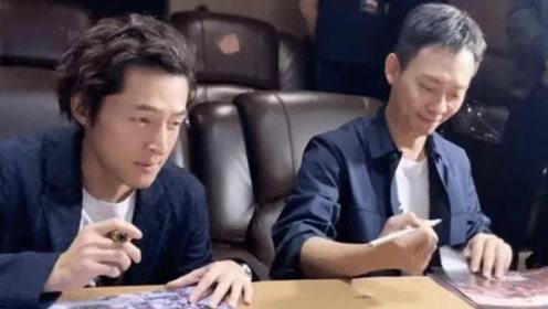 有一种坐姿叫军人的素养 胡歌张译为宣传海报签名 两人坐姿引关注
