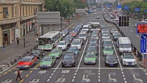 红绿灯第一排起步,为啥总有人慢悠悠的?网友:你不如骑共享单车!