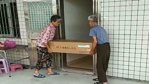 """女儿给买的""""空调"""",事先也不量一下门的尺寸,抬不进去怎么办?"""