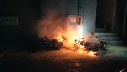 """疑似""""飞线""""充电引发火灾,小区4辆电动车被烧的只剩车架"""