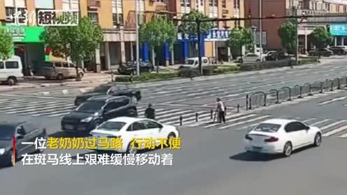 暖心!过路司机扶蹒跚老人过马路车流集体礼让5分钟