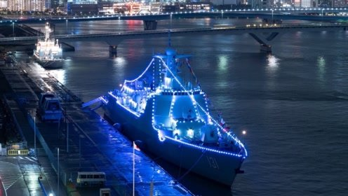 超科幻!太原舰停靠东京夜间点亮装饰灯 颜色变幻十分亮眼