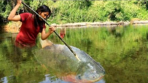 美女野外生火做烤鱼,镜头记录全过程,看完口水直流!
