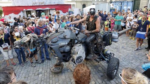 """男子耗资3.5万元,组装一头""""机械龙"""",骑着它逛街太霸气了"""