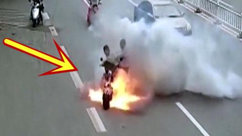 两男子骑车突然爆炸起火,交警的反应让人佩服!