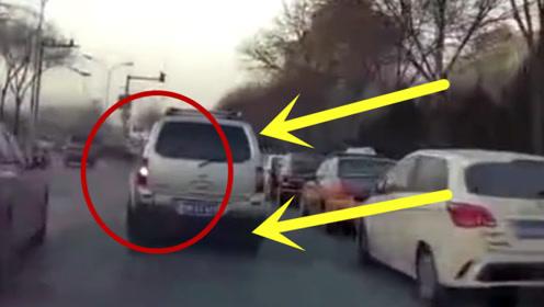 无意惹怒轿车司机,2秒后竟然惨遭别停,差点就撞上去了!