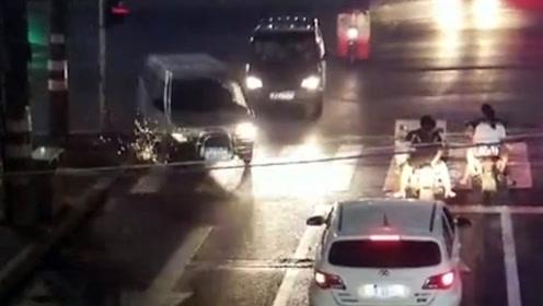 小车强行超车连怼两车火花四溅 监控拍下惊险瞬间