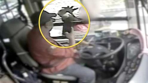 醉酒男拦停公交抢司机手机,还用砖头将其砸伤