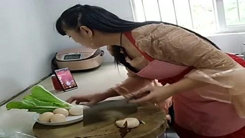 这就是一边看手机一边做饭的后果,一刀就把鸡蛋拍碎了,真是个败家媳妇!