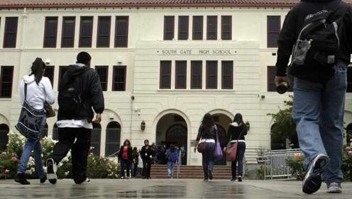 美国加州规定高中不能早于8点半上课,晚上课与成绩提高有关