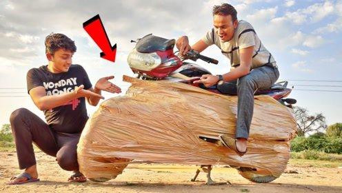 小伙用胶带把摩托车包裹起来 ,启动的瞬间,好戏开始了!