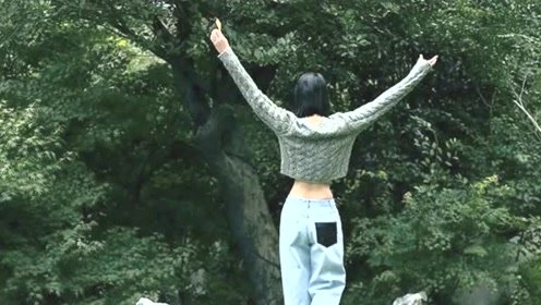 刘雯穿开衩亮片裙秀精致锁骨 美背吸睛