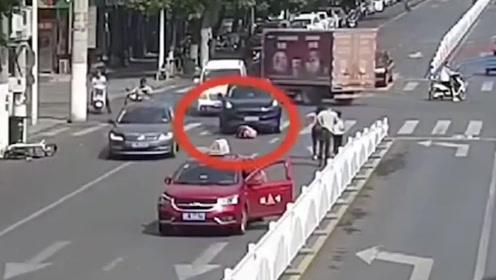 惨痛!安徽女子骑车逆行被小车撞翻,又遭另一车卷入车底