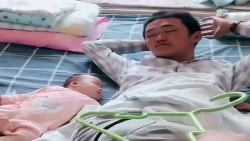 爸爸带俩宝宝睡觉,眼前这一幕,气得妈妈想揍人!