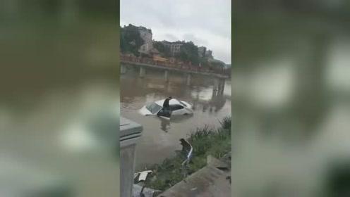 小车撞断护栏冲入河中 致一名54岁女性不幸身亡