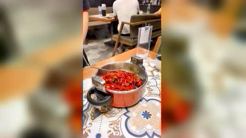 在家最爱吃的就是辣椒炒肉拌饭,出去也一样,我能吃一锅!