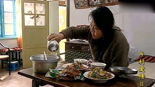 刘能不肯吃饭,媳妇故意拿猪蹄啃,喝着小酒美滋滋!
