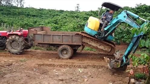 小型挖掘机上拖拉机,看看怎么给弄上去的,很佩服司机的技术