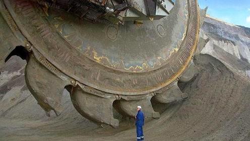 """世界""""最大挖掘机""""问世,长37.5米,重达2000吨,不愧是中国制造"""